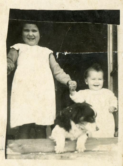 Pilar y Gelines Robles con el perro del fotógrafo Robustiano Robles (Tano) en Barrillos de Curueño