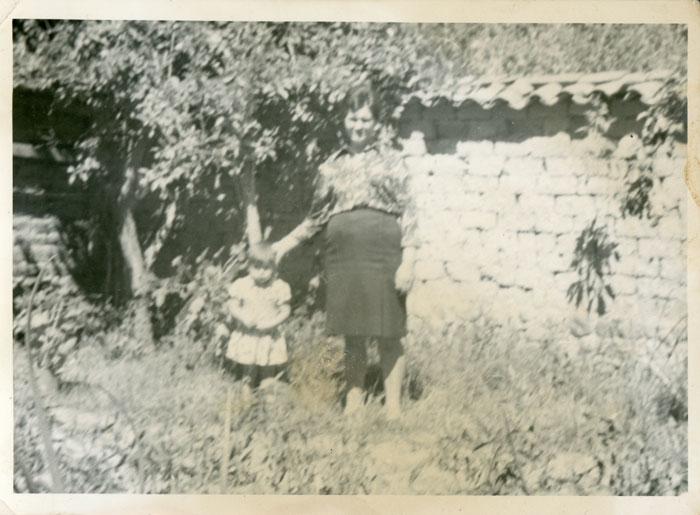 Ángeles García y su nieta Mabel Menéndez en la huerta familiar de Barrillos de Curueño