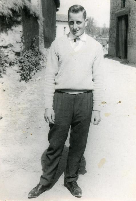 Roberto Fernández posando a la entrada de Barrillos de Curueño