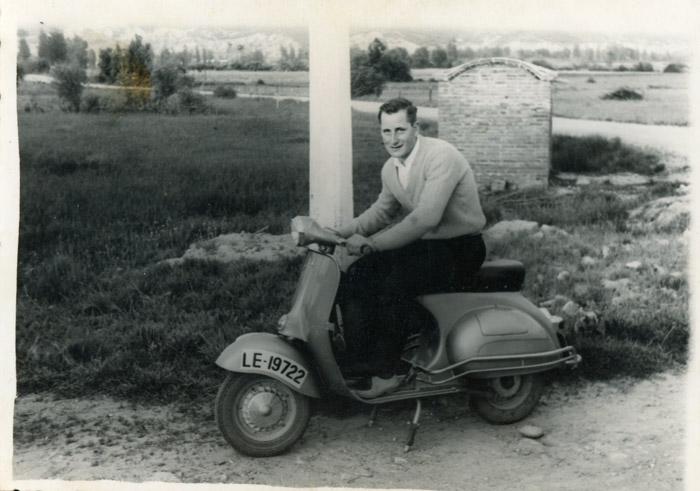 Roberto Fernández en una Vespa en el camino entre Santa Colomba y Barrillos de Curueño