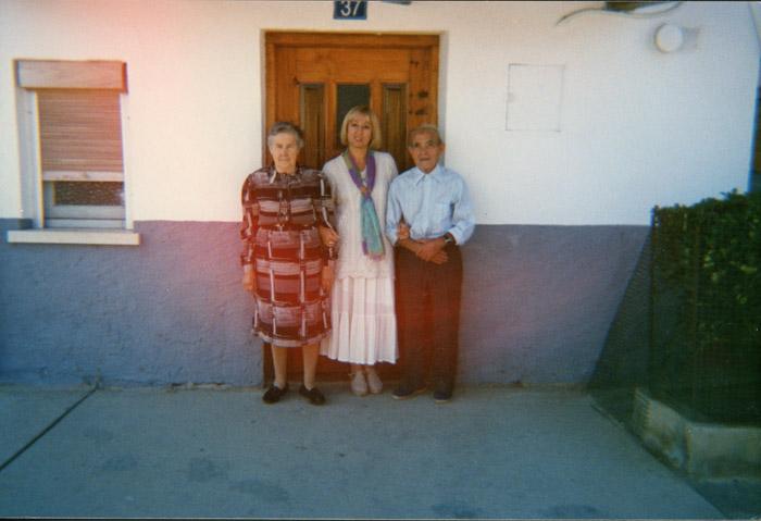 Emma Ferreras con sus padres Tiziano Ferreras y Manuela Robles a la puerta de la casa familiar en Cerezales del Condado I