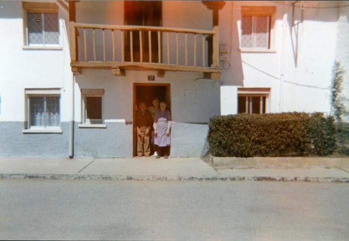 Emma Ferreras con sus padres Tiziano Ferreras Manuela Robles a la puerta de la casa familiar en Cerezales del Condado II