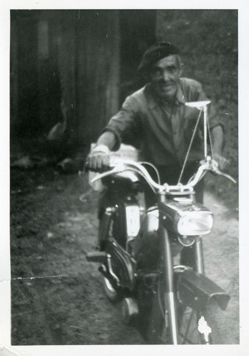 Tiziano Ferreras, cartero, con su moto en Cerezales del Condado