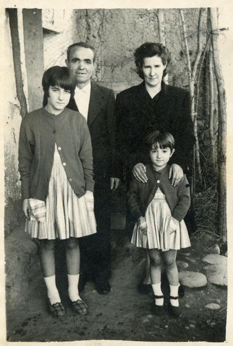La familia Ferreras Robles a la puerta de la casa familiar en Cerezales del Condado