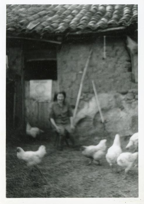 Manuela Robles junto a las gallinas en Cerezales del Condado