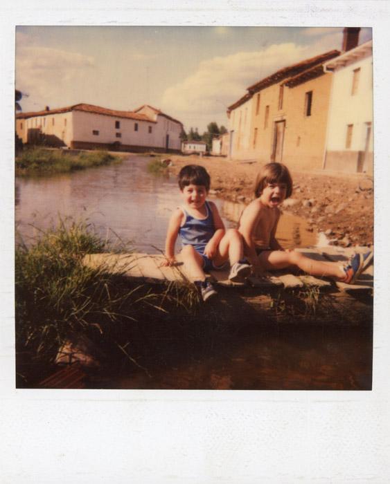 David Ferreras y su primo Daniel en un pontón sobre la presa en Cerezales del Condado