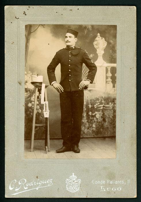 Fotografía de estudio de un militar en Lugo