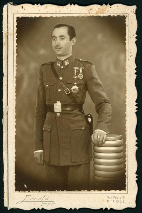 Fotografía de estudio de Antonio Robles vestido de militar