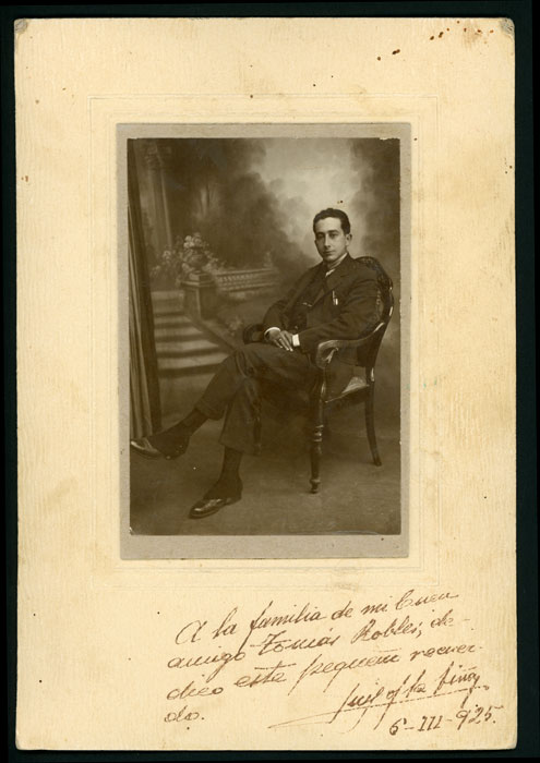 Fotografía de estudio de un hombre sentado en Huelva