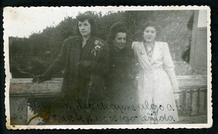 Leonarda Robles con su cuñada Carmen y una amiga