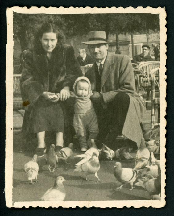 Antonio Robles con Antonia y su hijo José María en Barcelona