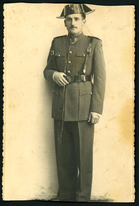 Retrato de Aurelio Urraca con uniforme de Guardia Civil