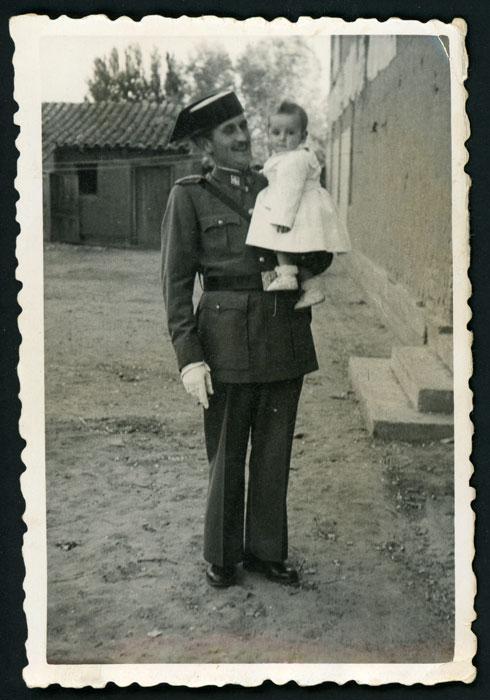 Aurelio Urraca con uniforme de Guardia Civil con su hijo Miguel Ángel