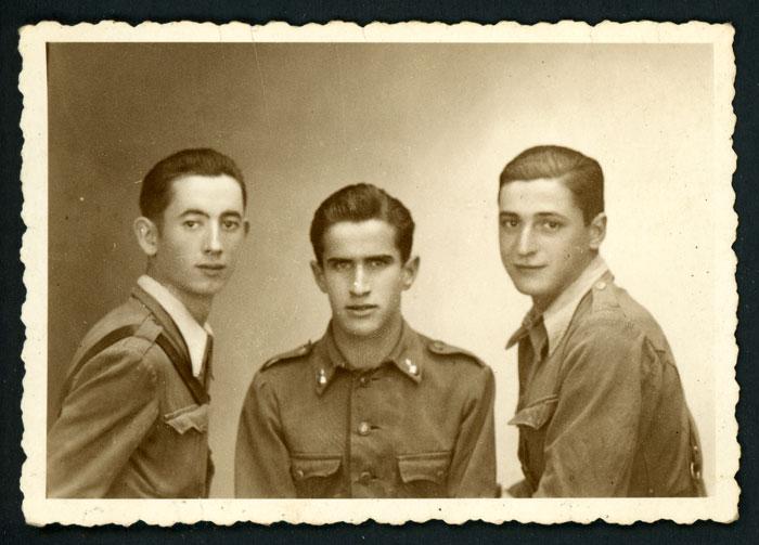 Antonio Robles junto a dos compañeros vestidos de militares