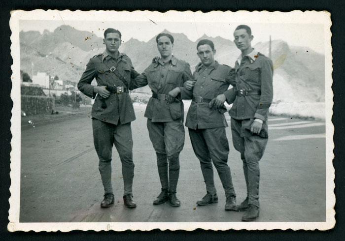 Antonio Robles junto a tres compañeros militares