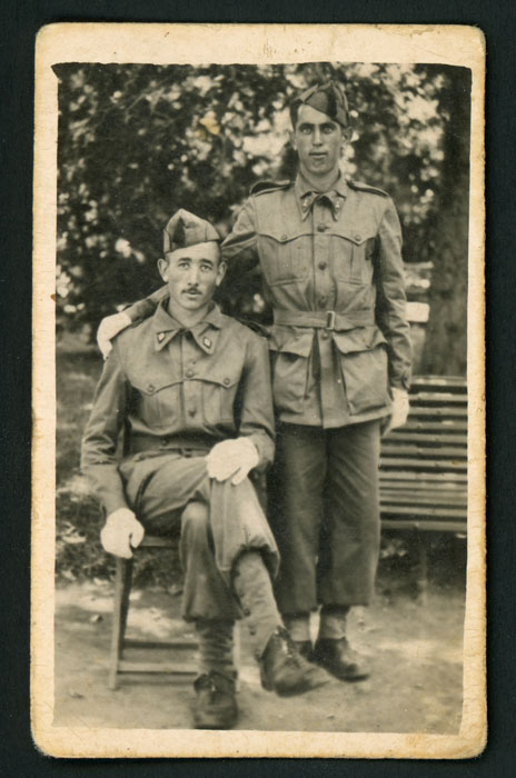 Dalmiro Robles de militar junto a un compañero en Valladolid