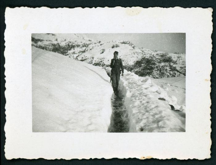 Antonio Robles de militar en un paraje nevado