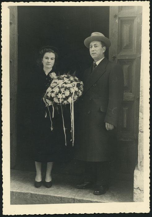 Gregorio Díez (Goro) y Emma Castro con el ramo de novia en la puerta de la Iglesia del Mercado en León