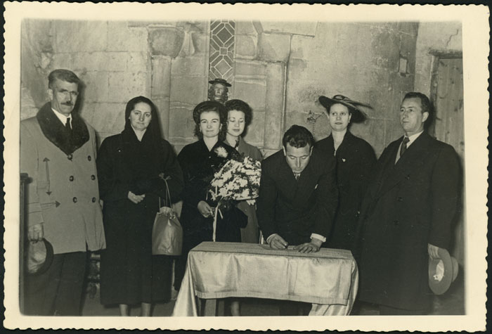 Néstor Díez firmando el día de su boda en la iglesia del Mercado en León