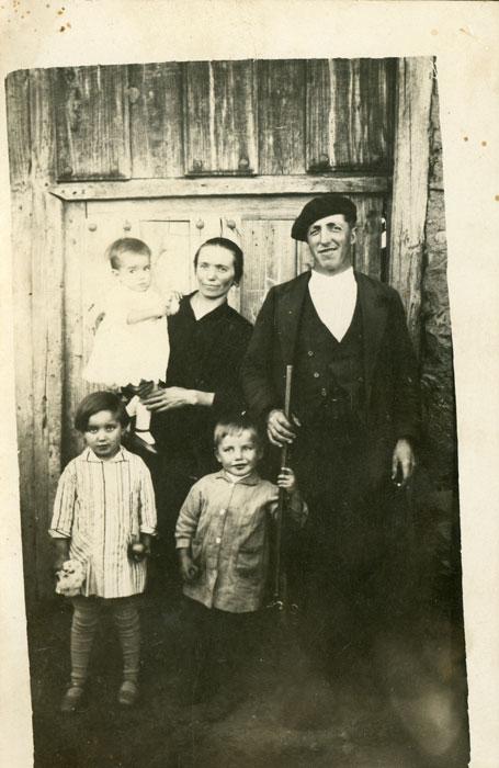 Retrato del tío Argimiro Valladares y Veridiana González con sus hijos Baltasar, Juliana e Hilarino delante de la casa de Jesusa en Ambasaguas de Curueño