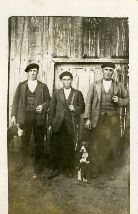 El tío Argimiro Valladares con sus compañeros de caza, el tío Gerardo y el tío Eloy en Ambasaguas de Curueño