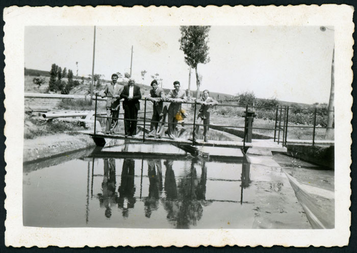 En la pasarela del canal de la central eléctrica de Ambasaguas de Curueño