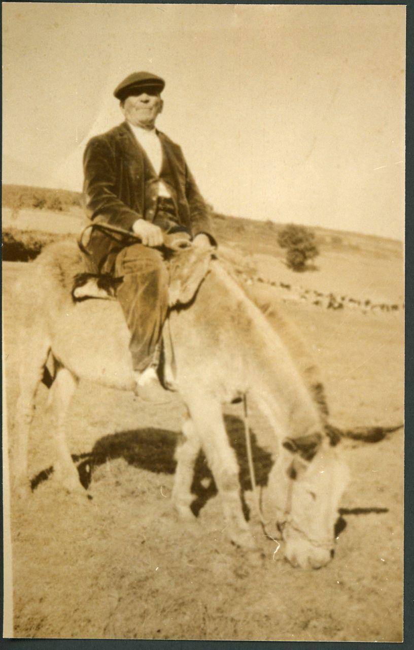 El abuelo Eugenio González montando en burra