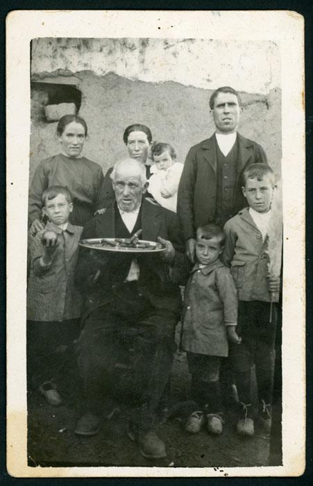 Inocencio Castro con José de la Puente y Custodia Castro, los hijos de estos y la criada Jesusa