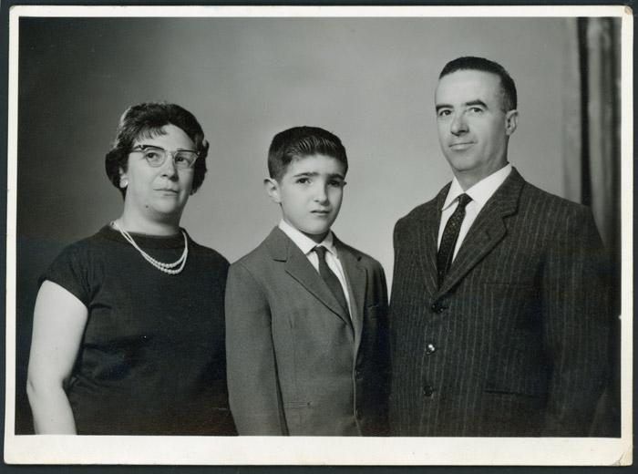 Retrato de estudio de Epifanio de la Puente, María Rodríguez y su hijo José Luis de la Puente en Argentina.