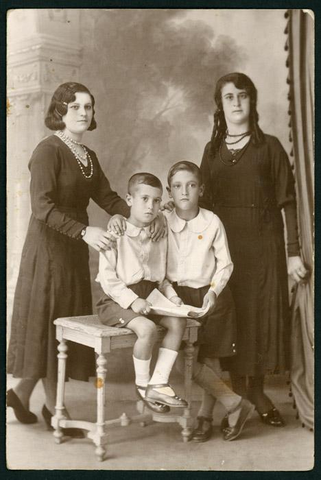 Retrato de estudio de varios primos de Isabel de la Puente en Buenos Aires