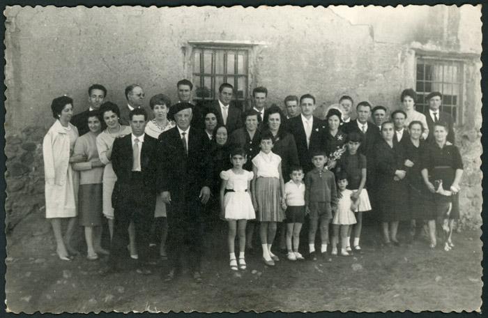 Yolanda de la Puente y Orencio Benavides el día de su boda junto a amigos y familiares en Barrillos de Curueño