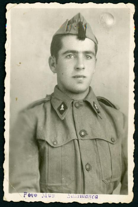Retrato de estudio de José Valbuena vestido de militar