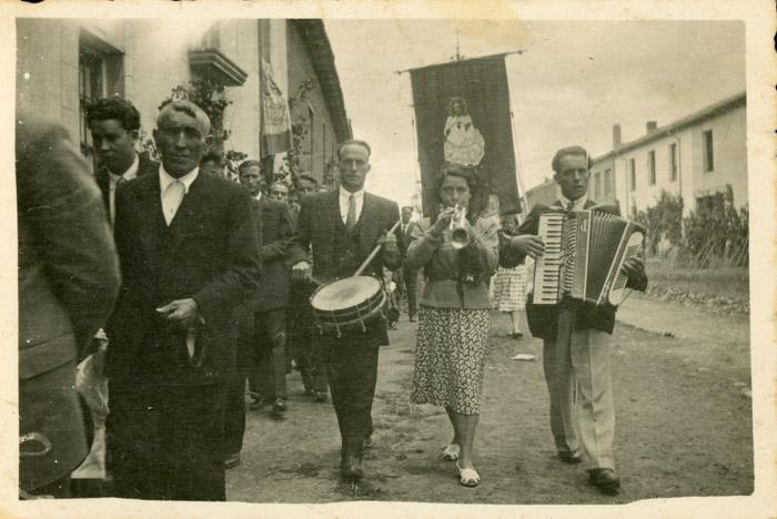 Músicos tocando en la procesión del Corpus en Cerezales del Condado