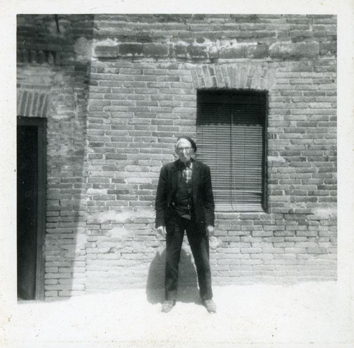 Laureano González en la puerta de la casa familiar en Cerezales del Condado