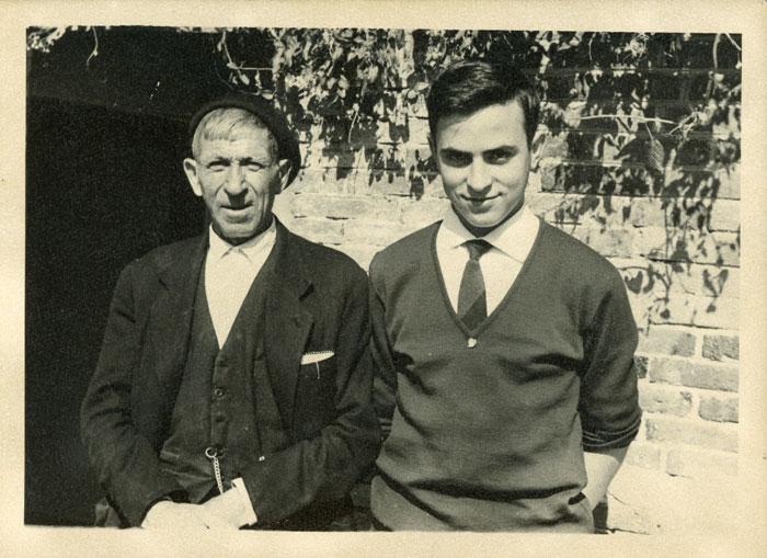 Marceliano de la Varga con su abuelo Laureano González en la casa familiar de Cerezales del Condado