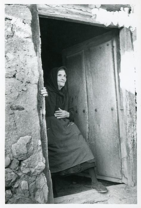 La tía Margarita en la puerta de la cocina de horno en la casa familiar de Cerezales del Condado