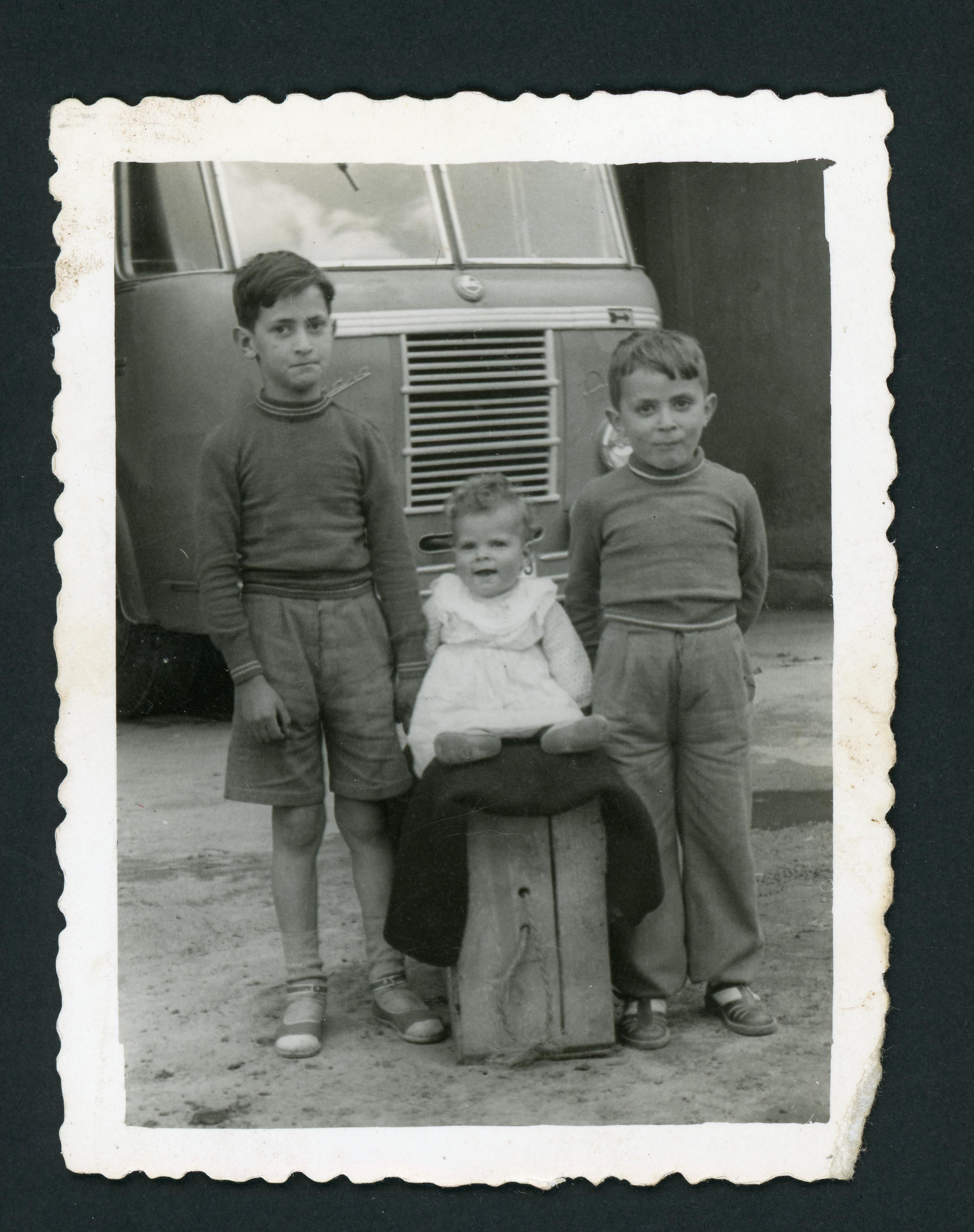 Los hermanos de la Varga delante del autobús Pegaso de Francisquito en la parada de León