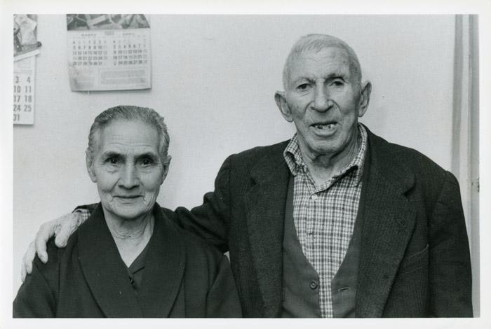 Laureano González y María Antonia Mirantes en la casa familiar de Cerezales del Condado