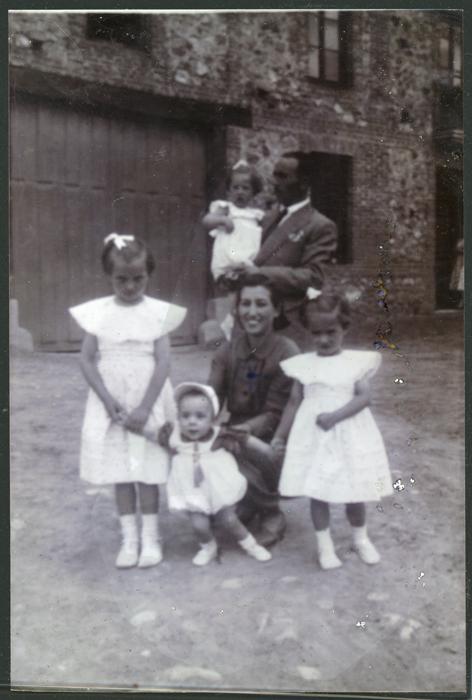 Familia Juárez Fernández junto a la casa del señor Melquíades en Cerezales del Condado