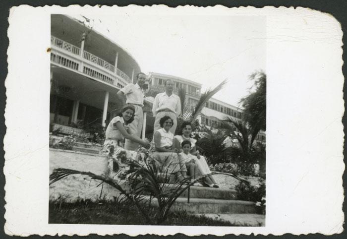 Antonino Fernández, Cinia y Rosario González en compañía de unos amigos en México I