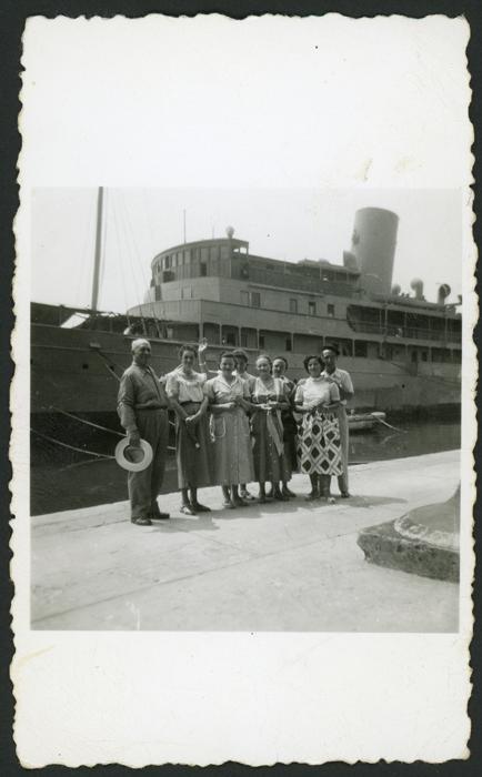 Antonino Fernández, Cinia y Rosario González en compañía de unos amigos en México II