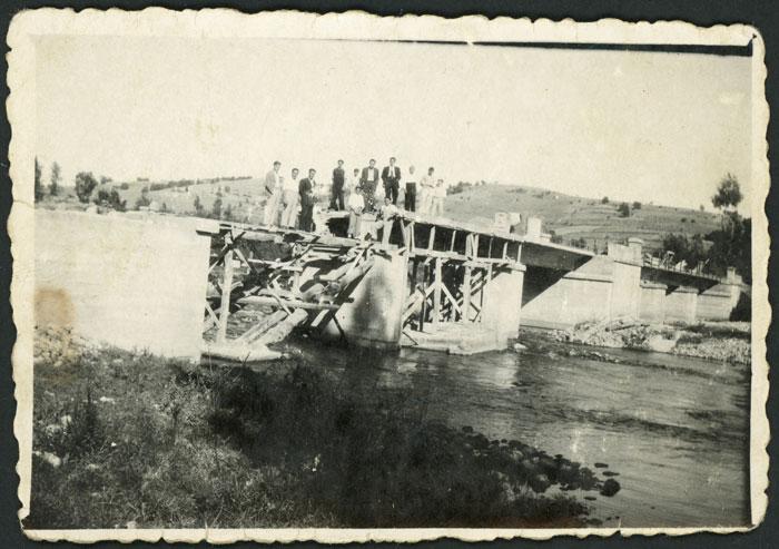 Construyendo el puente sobre el río Porma en Cerezales del Condado