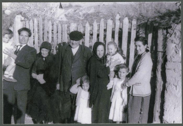 Antonino Fernández y Pascuala Rodríguez con su hija Cleofé y los nietos en Cerezales del Condado