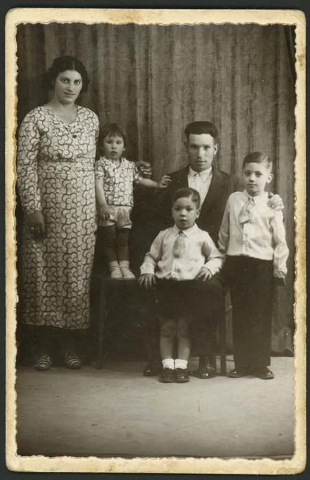 Fotografía de estudio de la familia Fernández Castro en Madrid
