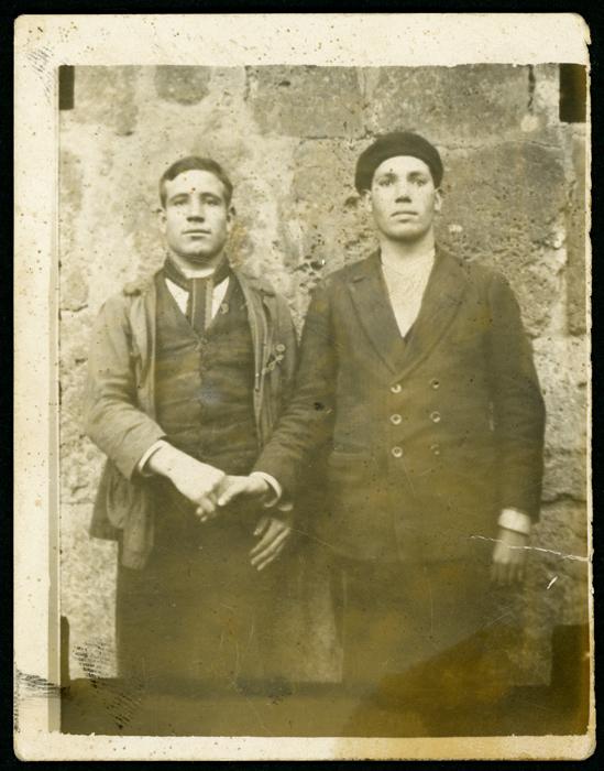 Retrato de dos hombres dándose la mano.