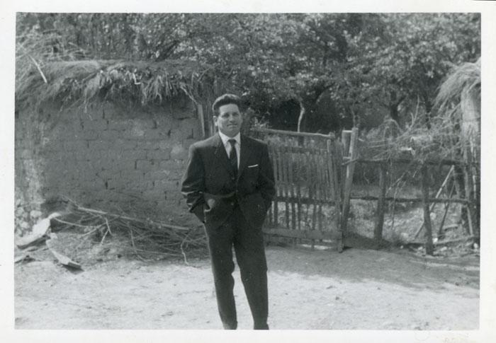 Teyo Fernández en la entrada de la huerta familiar en Cerezales del Condado