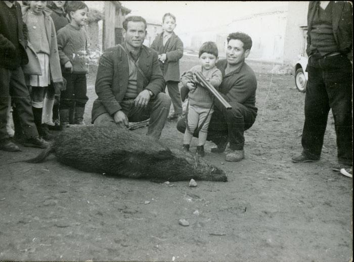 Amado González y Teyo Fernández con un jabalí cazado en Cerezales del Condado