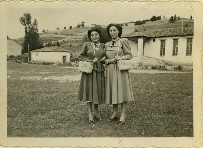 María González y Felisa Gutiérrez en la era de Cerezales del Condado