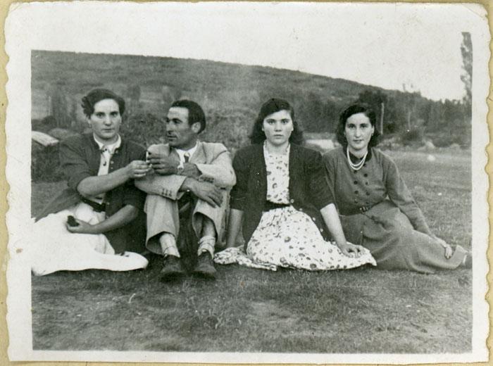 Avelina, Nano, Felisa y Caya en la era de Cerezales del Condado