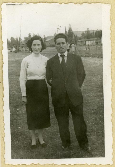 Teyo Fernández y Felisa Gutiérrez en la era de Cerezales del Condado